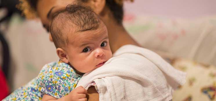 Baby Spuckt Flockige Muttermilch